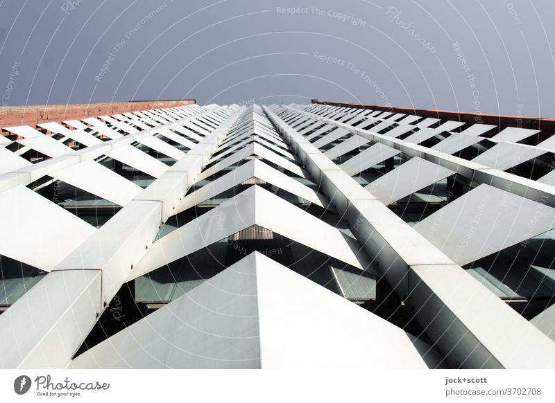 nur Fassade mit schöner Optik Architektur Wolkenloser Himmel Fassadenverkleidung retro DDR Stil Design Symmetrie Strukturen & Formen Hochhaus Plattenbau