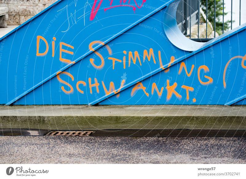 DIE STIMMUNG SCHWANKT | Graffiti auf einem blauen Brückenbogen gesprüht Stimmung Stimmungsschwankung Graffito sprühen sprayen blauer Brückenbogen Farbfoto
