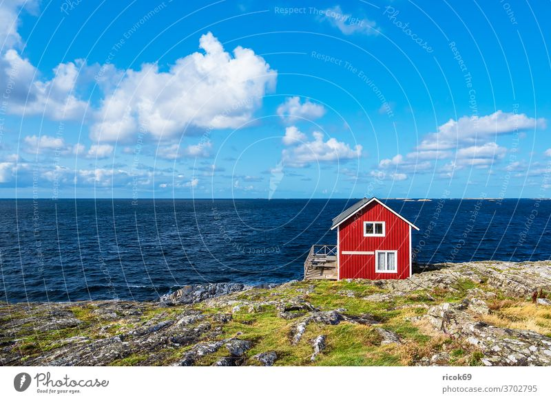 Rote Holzhütte auf der Insel Åstol in Schweden Astol Västra Götalands län Bohuslän Schären Schärengarten Meer Küste Nordsee Skagerrak Wasser Holzhaus