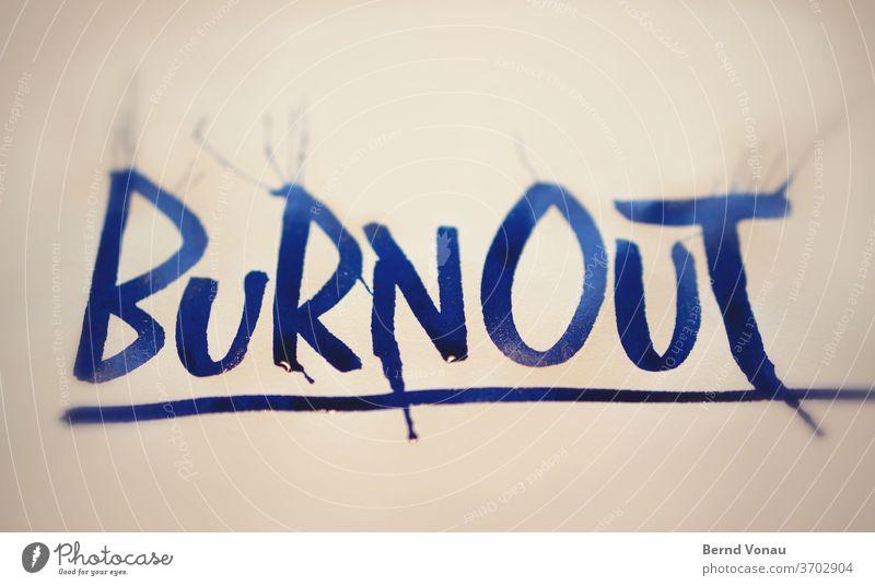 Burnout Kalligraphie Tinte blau Flüssigkeit nass Schrift Buchstaben Zustand psyche Krankheit Stress Arbeit & Erwerbstätigkeit Farbfoto Innenaufnahme