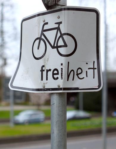 Fahrradfahren! Schilder & Markierungen Symbole & Metaphern Tag verbogen alternativ Umweltschutz Verkehr Außenaufnahme Zeichen Hinweisschild Verkehrsschild