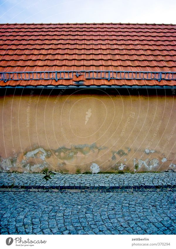Hallo, altes Haus! Natur Ferien & Urlaub & Reisen alt Einsamkeit Haus Wand Architektur Mauer Gebäude gehen Fassade Häusliches Leben trist Dach historisch Dorf