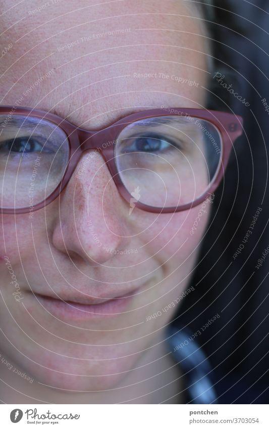 Nahaufnahme vom gesicht einer freundlich lächelnden Frau mit Brille Gesicht frau fröhlich Erwachsene Porträt Blick feminin natürlich authentisch Brünett