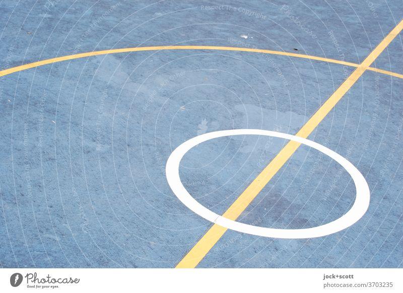 Spielfeld Kreis im Kreis Basketballplatz unten Bodenbelag Qualität Strukturen & Formen Ordnung kreuzen Sportplatz Spielfeldbegrenzung abstrakt Markierungslinie