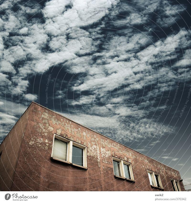 Dienstleistungswürfel Haus Himmel Wolken Wetter Bauwerk Gebäude Architektur Mauer Wand Fassade Fenster alt eckig einfach trist blau rot Zahn der Zeit Abnutzung