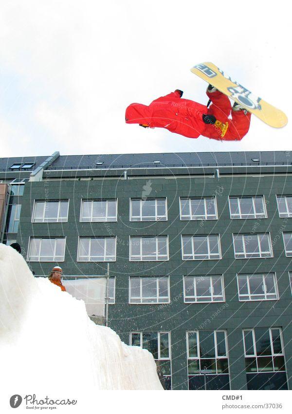 schneebretter erobern die welt 2 Stadt Winter Schnee Sport Fassade springen hoch Hose trendy Mut Kapuze Snowboard grell Freestyle talentiert Trick