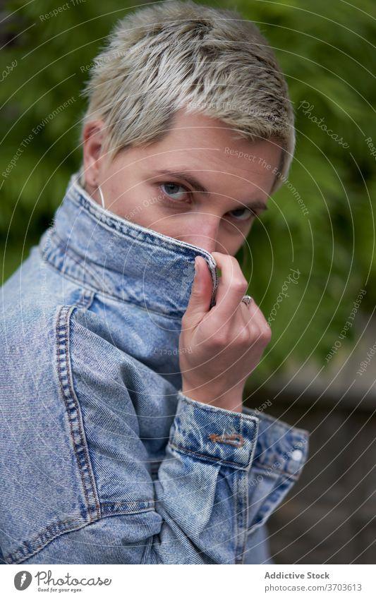 Frau in stilvoller Kleidung auf der Straße selbstbewusst Stil trendy Großstadt urban ernst Model Jeansstoff Jacke Outfit lässig modern stehen cool Stoff Stadt