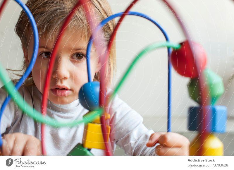 Nettes Kind spielt mit Spielzeug zu Hause Bildung spielen lernen niedlich klug neugierig wenig heimwärts Wochenende Kindheit bezaubernd sitzen Aktivität Spaß