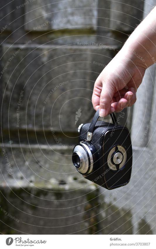 Hand hält alte Kamera analoge fotografie festhalten präsentieren Vintage Farbfoto Schwache Tiefenschärfe Junge Frau Textfreiraum links Fotografie Tag