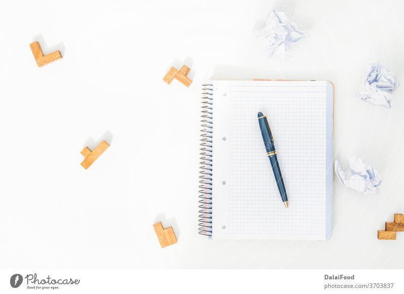 Puzzle, Bleistift, Notizbuch und zerknülltes Papier Hintergrund blanko Buch Business Kaffee Konzept kreativ zerknittert zerknittertes Papier Schreibtisch