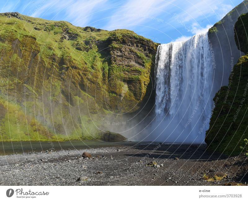 Skógafoss ist ein Wasserfall des Flusses Skógá im Süden Islands welcher 60 Meter tief von den Vulkansteinhängen fällt. skogafoss Laugavegur Natur Gischt