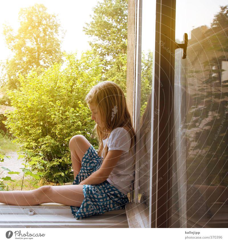 room with a view Mensch Kind Mädchen 1 8-13 Jahre Kindheit Fenster Spielen ruhig Fensterbrett Blick Garten Fensterblick Kleid Rockmusik sommerlich Innenaufnahme