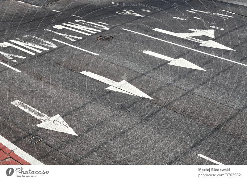 Straßenpfeilmarkierungen auf Asphalt in New York City, USA. Zeichen Pfeil Autobahn Regie New York State weiß Verkehr Großstadt Symbol urban Perspektive Konzept