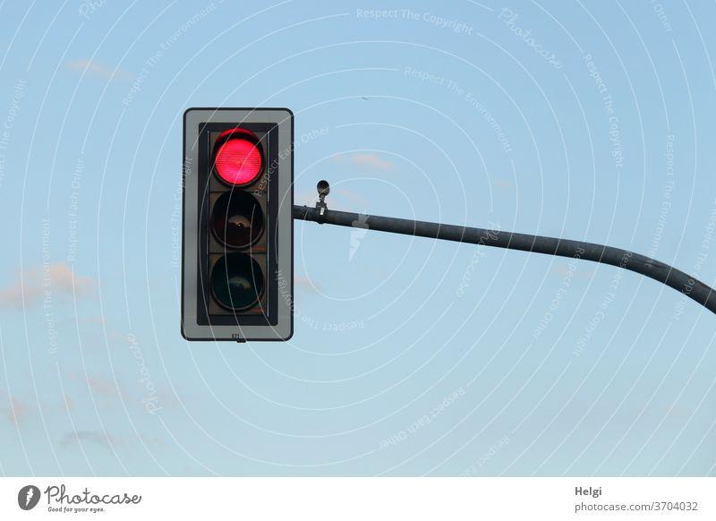 STOP - Ampel mit rotem Signal vor blauem Himmel Lichtsignal Stop warten halten anhalten Signalanlage Verkehr stoppen Außenaufnahme Straßenverkehr