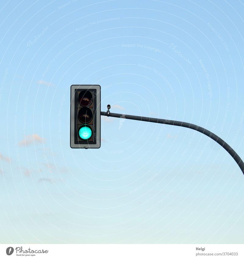 GRÜN - Ampel mit grünem Signal vor blauem Himmel Lichtzeichen Lichtzeichenanlage Verkehr Straßenverkehr Verkehrswege Ampelmast Außenaufnahme Menschenleer