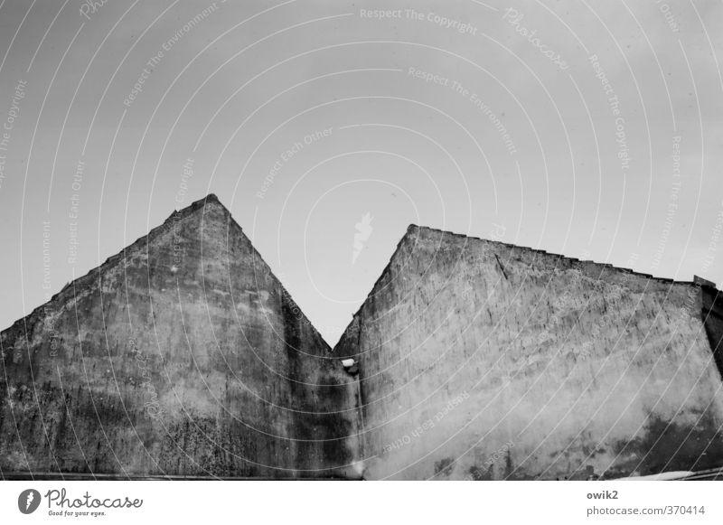 Giebelseite Himmel alt Wolken Haus Winter Wand Mauer Fassade trist einfach Ecke Vergänglichkeit Spuren Dorf Verfall eckig