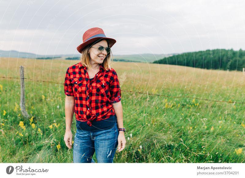 Porträt einer jungen Gelegenheitsfrau auf dem Feld Erwachsener Hintergrund schön Schönheit blond sorgenfrei lässig Kaukasier heiter niedlich genießen Bauernhof