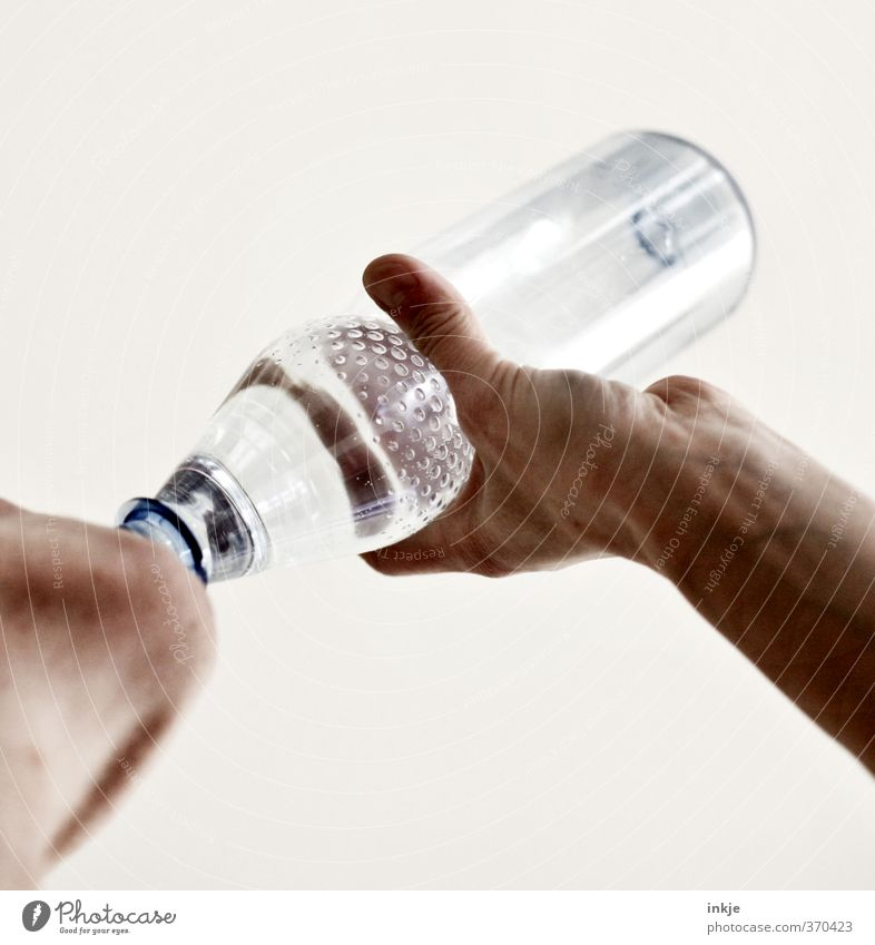 DURST Getränk trinken Erfrischungsgetränk Trinkwasser Flasche Wasserflasche PE-Flaschen sportlich Mensch Erwachsene Hand Kinn 1 festhalten einfach Gefühle Durst
