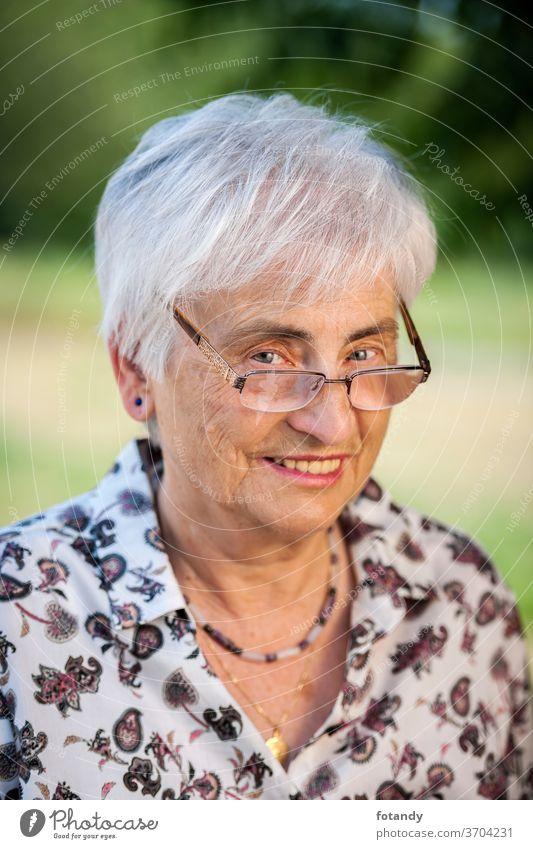 Frecher Blick über die Brille eines Rentners Erwachsener Frühling fett Rand der Brille Leben über den Rand einer Brille schauen Lebensjahre Alter Glück