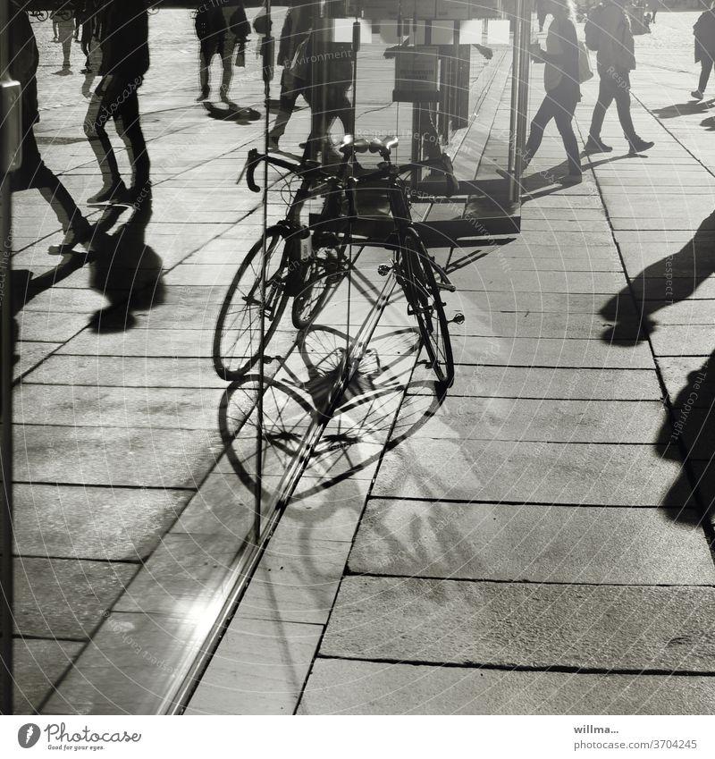 ein herz für radfahrer Stadtleben Geschäftigkeit Menschen Fahrrad Schatten Rennrad abgestellt Kaufhaus Geschäfte einkaufen Stadtbummel Sommer sonnig