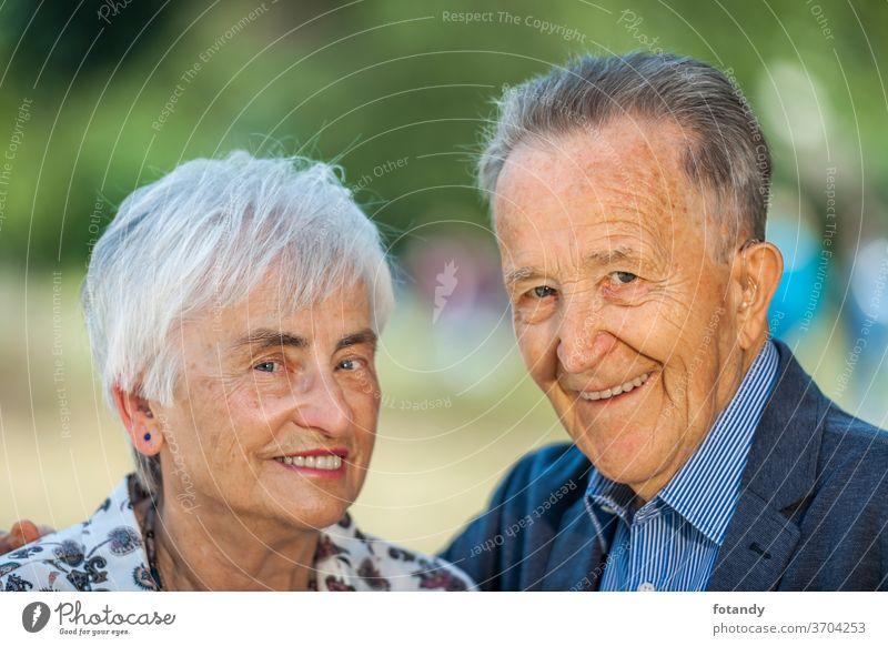 Nettes Rentnerpaar Ehepaar Erwachsener Frühling Leben Porträt Rentnerin Senior außerhalb nebeneinander älter Glück Zusammensein grün Kaukasier heiter Lächeln