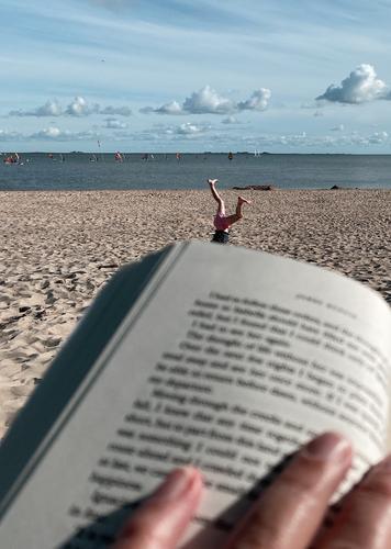 Gegensätze | Ruhe und Bewegung am Strand... Lesen Urlaub Rad schlagen Strandleben Kind Turnen Nordseestrand Erholung Buch Sand Sommerhimmel himmelblau Hände