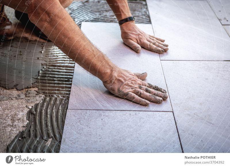 Fliesenverlegung mit Kleber auf Betonboden Fliesen u. Kacheln Klebstoff Installation Leim Stock Renovierung Beruf Arbeiter arbeiten Bodenbelag