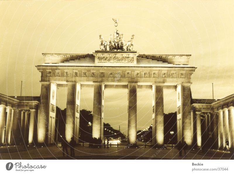 Brandenburger Tor Pariser Platz Straße des 17. Juni historisch Berlin Schwarzweißfoto