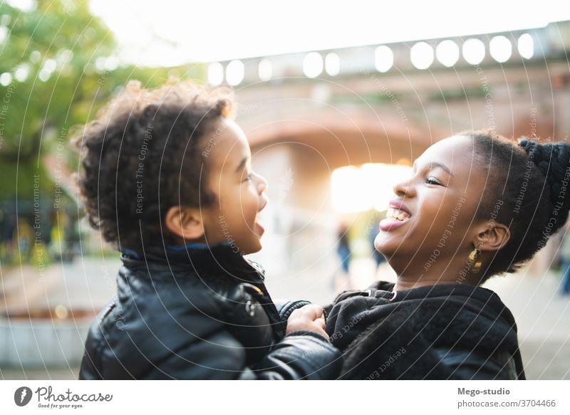 Afroamerikanische Mutter mit seinem Sohn. alleinerziehende Mutter monoparentiell Park Glück Junge Menschen schwarz Familie Lächeln Kind Zusammensein 20s Frau