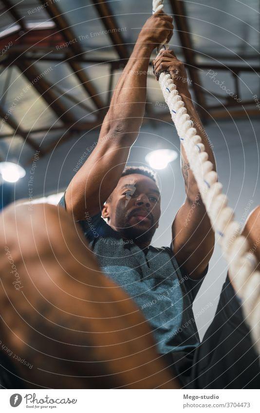 Athletischer Mann bei Kletterübung. Übung passen durchkreuzen Fitness Fitnessstudio Muskel Gesundheit hart trainieren Lifestyle Motivation Inspiration Muskeln