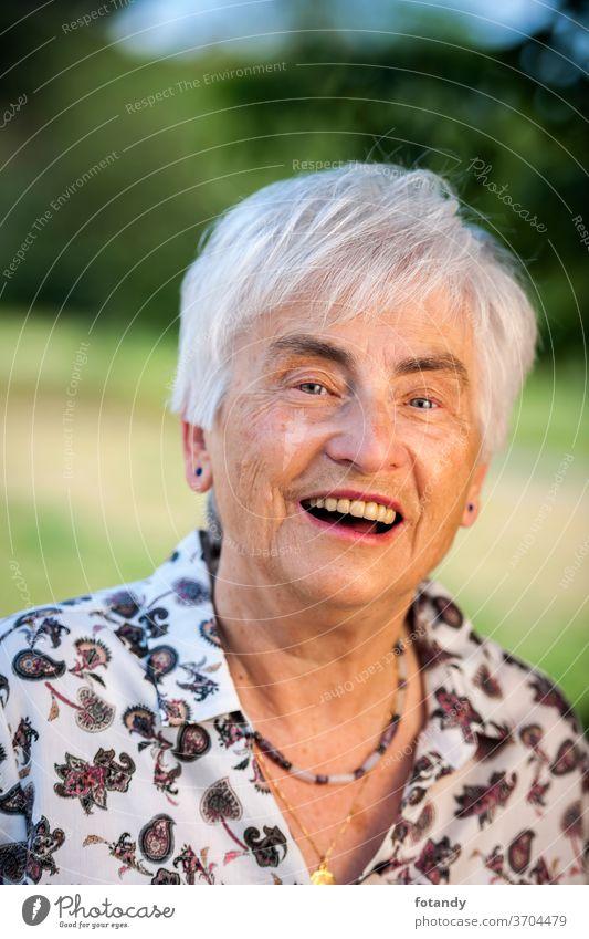 Glücklicher Rentner Erwachsener Frühling Leben Lebensjahre Alter zufrieden Lachen Porträt Rentnerin Kopf Gesicht ältere Frau außerhalb alt Lebensalter froh