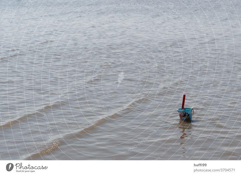 der vergessene Eimer - die Flut kommt Schaufel Kinderschaufel Spielzeug Strand Nordsee Strandspielzeug Sandstrand Ebbe ebbe und flut Meer Küste Gezeiten nass