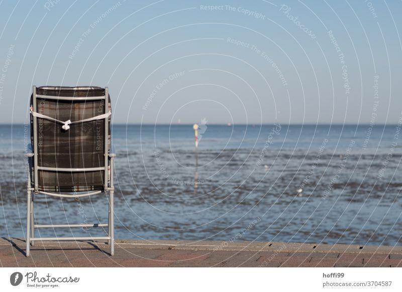 der Stuhl mit Fernblick auf das Meer bei Ebbe und Flut Stühle Idylle Campingstuhl Campingplatz Klappstuhl minimalistisch Strand Sommer Seeufer Nordsee Erholung