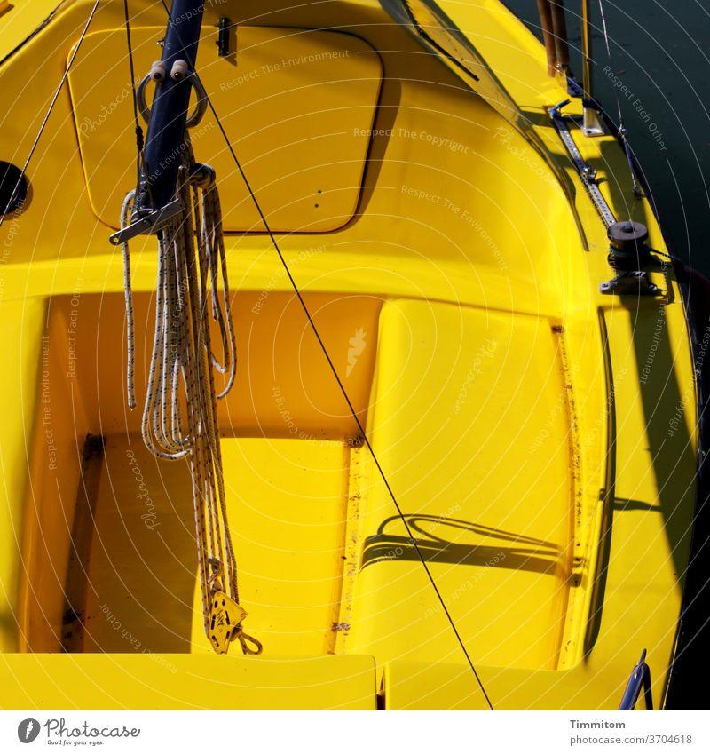 Vorfreude | Ein Tag auf dem See Boot Kunststoff gelb Bodensee Wasser Farbfoto ruhig Außenaufnahme Menschenleer Ferien & Urlaub & Reisen Schifffahrt Seile Hafen