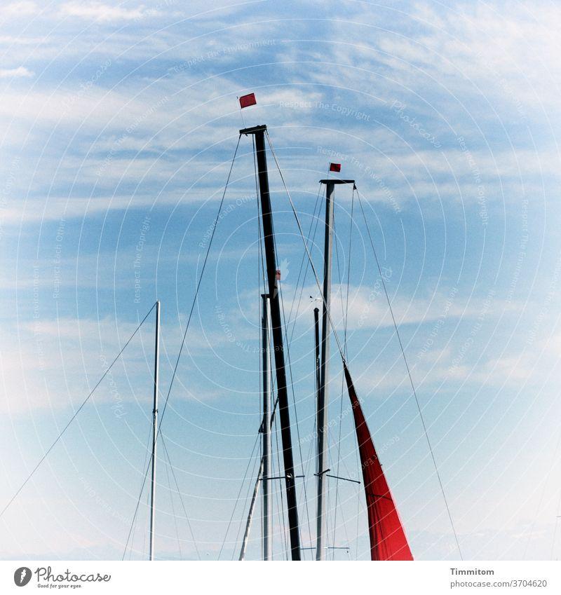 Vorfreude | Das Wetter passt Bodensee Himmel blau Wolken Schönes Wetter Bootsfahrt Bootsmast Wimpel Seile Außenaufnahme Menschenleer Sommer Schifffahrt