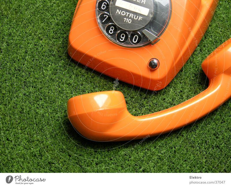 Gras wachsen hören sprechen Notruf Telefon Wählscheibe Telekommunikation Kommunizieren orange grün Verständigung Telefongespräch Telefonhörer Warnsignal