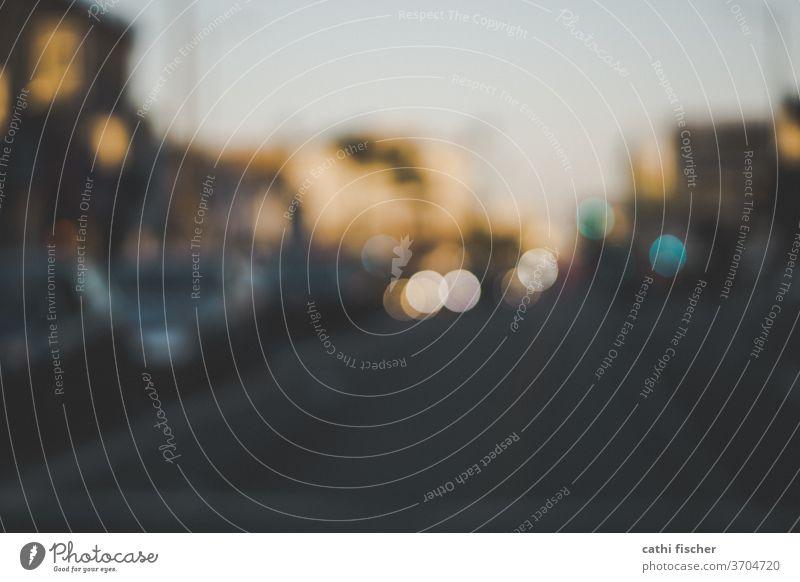 Bokeh bokeh lichter Straße goldene stunde Lichter Hintergrund abstrakt Unschärfe defokussiert verschwommen Textfreiraum