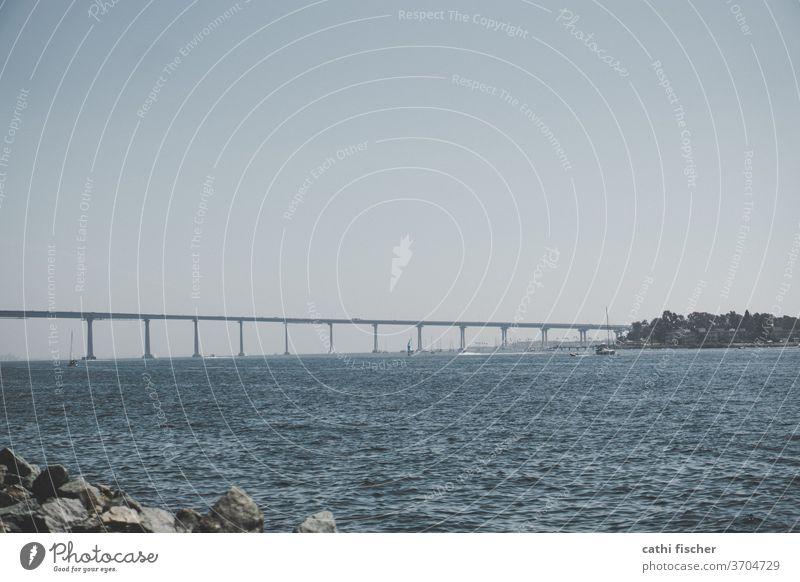 Bridge Kalifornien Meer Küste Pazifik USA Wasser Farbfoto Sommer San Diego Außenaufnahme Brücke Himmel Amerika Architektur Felsen Autobrücke Textfreiraum oben