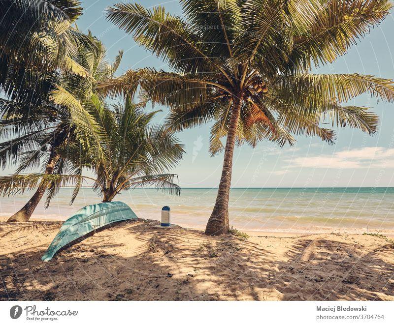 Tropischer Strand, Retro-Farbtonbild. Boot Fischen tropisch Flucht Handfläche Natur Paradies Sonne Sommer retro altehrwürdig gefiltert exotisch keine Menschen