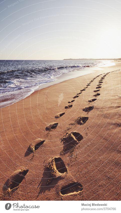 Fußspuren an einem tropischen Strand bei Sonnenuntergang. Natur romantisch MEER winken Wasser Meer Sommer reisen Urlaub Himmel Flucht Insel Sand Sri Lanka Küste