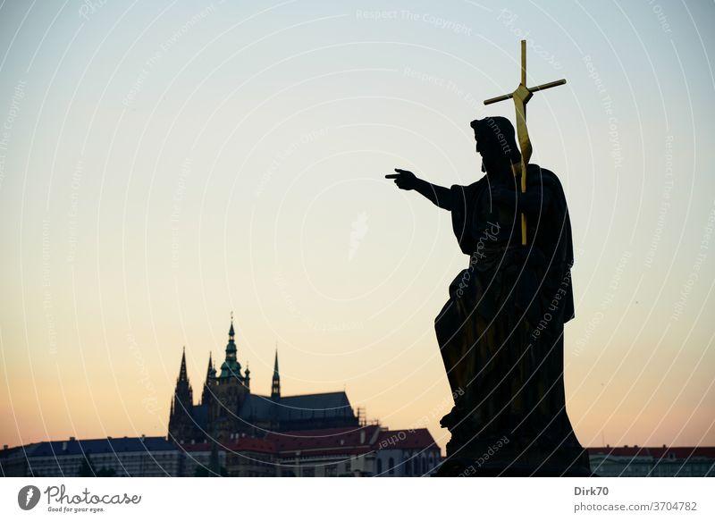 Statue auf der Karlsbrücke mit Veitsdom im Hintergrund veitsdom Skulptur Symbole & Metaphern Kreuz Christliches Kreuz christlich christlicher glaube