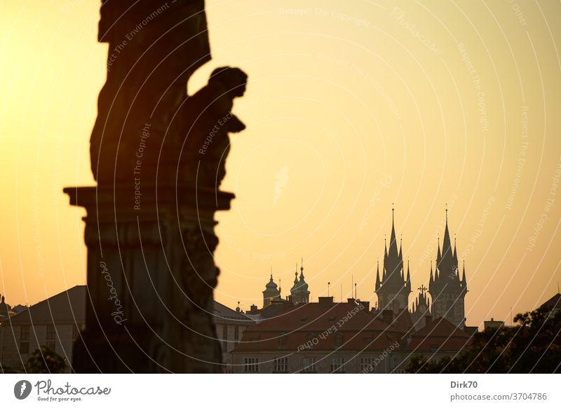 Teynkirche, gesehen von der Karlsbrücke in der Morgendämmerung Altstädter Ring Prag Altstadt Wahrzeichen Sehenswürdigkeit berühmt Berühmte Bauten Außenaufnahme