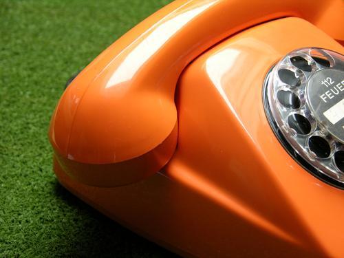 gut aufgelegt Telefon Wählscheibe Telefonhörer Telekommunikation Kommunizieren Brand Feuer orange grün Verständigung Teilnehmeranschlussleitung