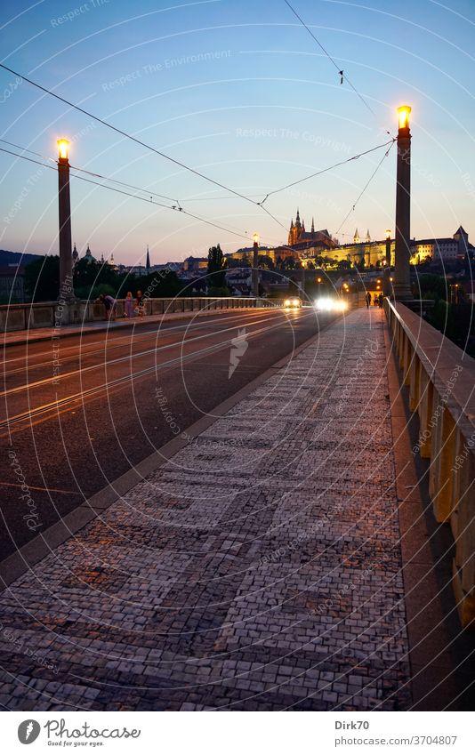 Manes-Brücke mit Veitsdom und Prager Burg am Abend Hradschin Kirche Kathedrale Dom Perspektive Fluchtpunktperspektive Kleinseite Mala Strana Menschenleer