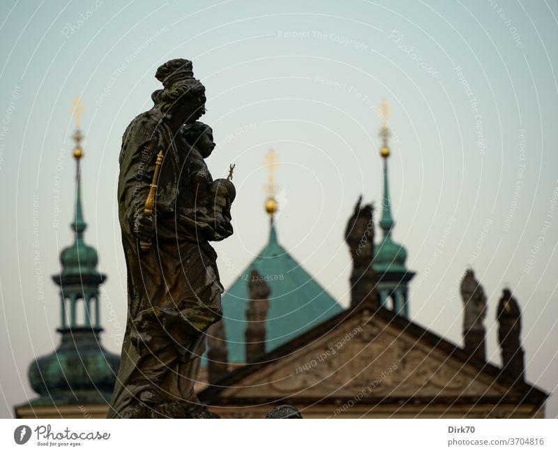 Statue auf der Prager Karlsbrücke Brücke Skulptur König Kaiser Möwe Lachmöwe Kopfbedeckung Kirche Schwache Tiefenschärfe Tschechien Stadt Außenaufnahme