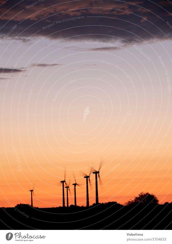 Windkraftanlagen im Abendlicht windkraft windkraftanlage windkraftanlagen windrad windräder energie alternativ alternative energie alternative energien