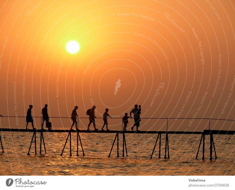 Menschen auf einem Steg, abends side türkei türkische riviera sonnenuntergang brücke menschengruppe person personen meer wasser ozean abendhimmel abendstimmung