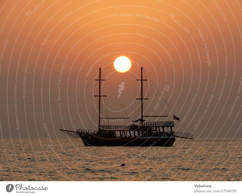 Schiff bei Sonnenuntergang Segelschiff Seite Truthahn Türkische Riviera Abend Abendstimmung Abendhimmel Meer Strand Mittelmeer romantisch Romantik Wasser Himmel