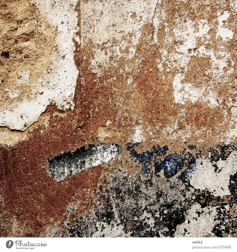 Marodes Mauerwerk alt Farbe Wand Fassade dreckig wild trist verrückt kaputt Vergänglichkeit Wandel & Veränderung Textfreiraum Spuren verfallen Verfall