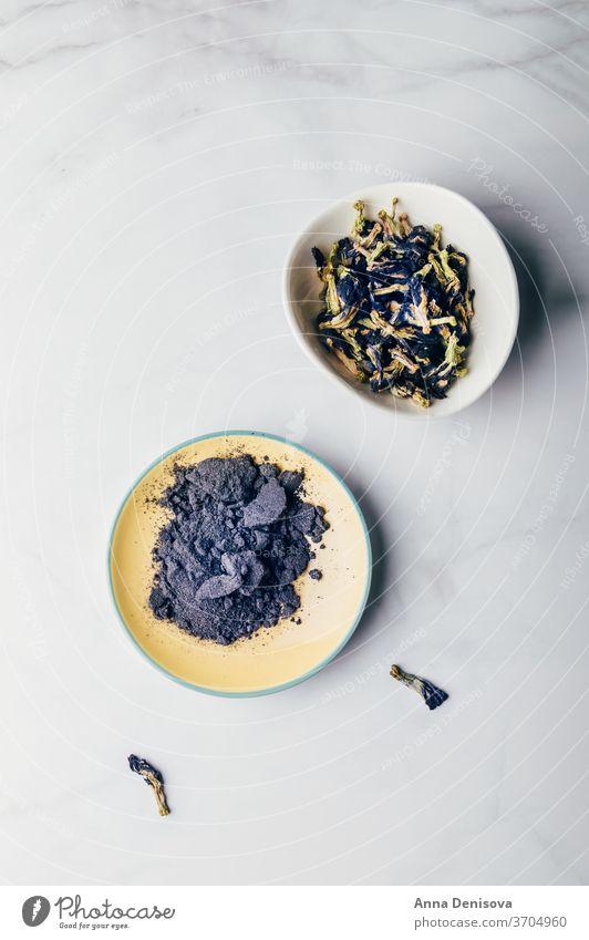 Blaue Matcha- und Schmetterlingserbsenblüten, gesunde Ernährung Ergänzungsmittel blaues Streichholzpulver Schmetterlings-Erbsenblütentee trinken Heilung